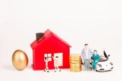 Families met ouders, kinderen, autohuizen, bezit royalty-vrije stock afbeeldingen