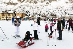 Families op vakantie op de hellingen van de Italiaanse Alpen Stock Foto
