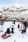 Families op vakantie op de hellingen van de Italiaanse Alpen Stock Foto's