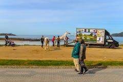 Families in Playa Amerika - Nigran - Galicië stock fotografie