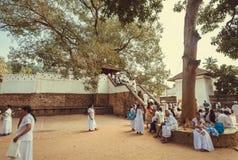 Families van het bidden van mensen die dichtbij de Tempel van Heilige Tand, Unesco-de Plaats van de Werelderfenis lopen royalty-vrije stock fotografie