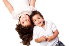Familiesiblings die samen leggen Royalty-vrije Stock Fotografie