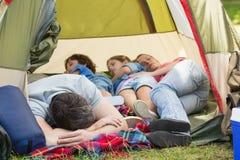 Familieslaap in de tent bij park Stock Afbeelding