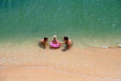 Familiespel op een strand royalty-vrije stock afbeeldingen