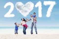 Familiesprong bij kust met wolk 2017 Royalty-vrije Stock Foto's