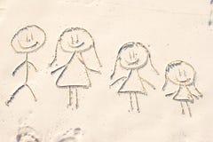 Familiesymbool op strand wit zand dat wordt getrokken Royalty-vrije Stock Afbeelding