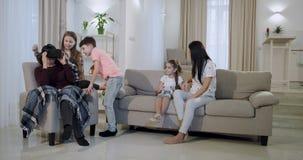 Familietijd voor een grote familie die de de glazenkleinkinderen onderzoeken die van de nieuwe technologie virtuele werkelijkheid stock video
