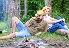 Familietradities Familieactiviteit voor de zomervakantie in bos en aard Familie het ontspannen dichtbij vuur na dag van stock foto