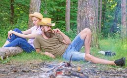 Familietradities Familieactiviteit voor de zomervakantie in bos en aard Paar het ontspannen na het verzamelen van paddestoelen royalty-vrije stock afbeeldingen