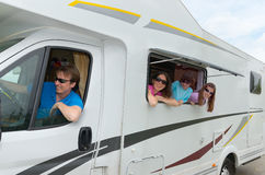 Familievakantie de reis, van rv (kampeerauto) met jonge geitjes Stock Foto's