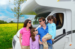 Familievakantie de reis, van rv (kampeerauto) met jonge geitjes Stock Foto