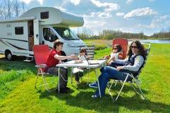Familievakantie de reis, van rv (kampeerauto) met jonge geitjes Stock Afbeelding