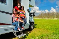 Familievakantie de reis, van rv (kampeerauto) in motorhome met jonge geitjes Stock Afbeelding