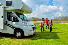 Familievakantie de reis, van rv (kampeerauto) in motorhome met jonge geitjes Royalty-vrije Stock Fotografie