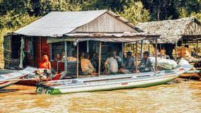 Familievergadering in een huis op een drijvend dorp op Tonle-Sapmeer Stock Afbeelding