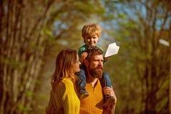 Familieverhouding De vrouw en de echtgenoot met weinig babyzoon genieten van zonnige dag in park, genetische verhouding trusted stock fotografie
