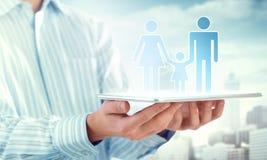 Familieverzekering op tablet Stock Afbeeldingen