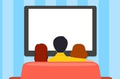 Familievrije tijd, mensen achter het bekijken van TV, vlakke stijl vector illustratie