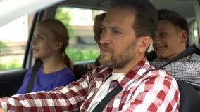 Familiezitting in auto, vastgemaakte veiligheidsgordel, sparen het drijven op weg, bescherming royalty-vrije stock foto's