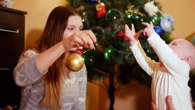 Familiezitting bij de Kerstboom stock video