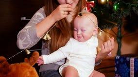 Familiezitting bij de Kerstboom stock videobeelden