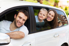 Familiezitting in de auto die uit vensters kijken