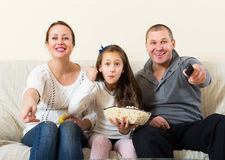 Familiezitting met popcorn Royalty-vrije Stock Afbeelding