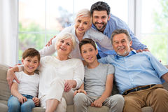 Familiezitting op laag Royalty-vrije Stock Afbeeldingen