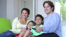Familiezitting op Sofa Watching-TV samen stock video