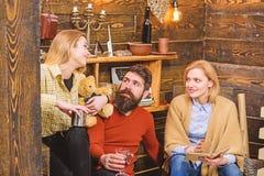 Familiezitting samen op laag op de winteravond, behaaglijkheidconcept Ouders die mooi praatje met hun dochter hebben stock afbeeldingen