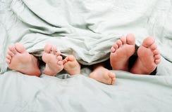 Familiy feliz na cama Fotografia de Stock