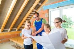 Familiy het bekijken de plaats van huiscontruction Royalty-vrije Stock Afbeeldingen