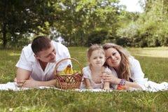 familjögonblick har picknick att dela tillsammans Arkivbilder