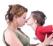 Familjögonblick - modern och barnet har ett gyckel Arkivbild