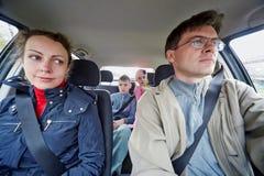 Familj av drev fyra i bil Royaltyfri Foto
