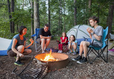 Familj av fem som campar Arkivfoto