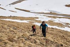 Familj av fotvandrare i bergen Royaltyfri Bild