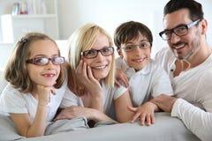 Familj av fyra bärande glasögon arkivfoton