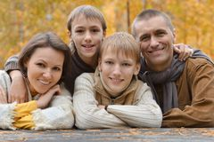 Familj av fyra i höst Royaltyfri Bild