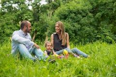 Familj av fyra i höstskogen Royaltyfri Bild