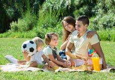 Familj av fyra på picknick Royaltyfri Fotografi