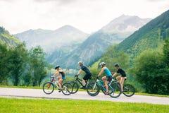 Familj av fyra som cyklar Royaltyfri Foto