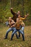 Familj av fyra som går Royaltyfri Fotografi