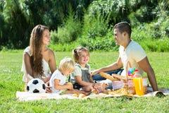 Familj av fyra som har picknicken Royaltyfria Foton
