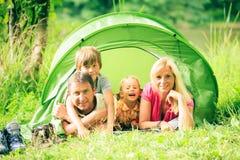 Familj av fyra som har rolig det fria i sommaren Arkivfoton
