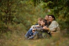 Familj av fyra som väljer Arkivbild