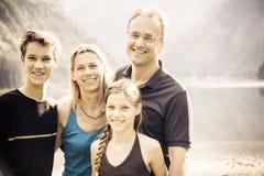 Familj av fyra utomhus Arkivbilder