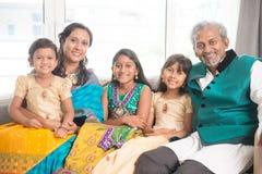 Familj av leende fem på kameran Arkivbild