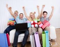 Familj av online-shoppare Arkivbilder