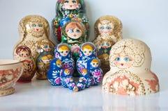 Familj av ryss bygga bo dockor Arkivbilder
